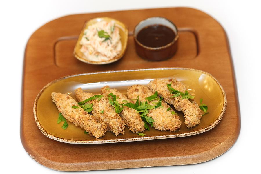 куриные пальчики в кляре с салатом коле-слоу и соусом барбекю